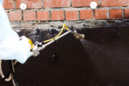 Нанесение жидкой резины на стены