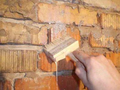 Нанесение грунтовки на кирпичные стены