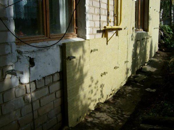 Крепление плит утеплителя к стене с пропуском кронштейнов