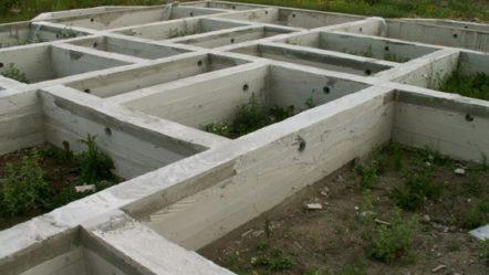 Инструкция расчета марки бетона для ленточного фундамента, их количества, объема, с формулами и онлайн калькулятором