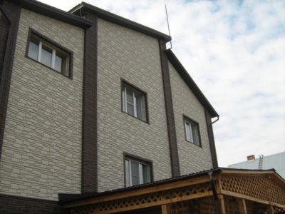 Дом облицованный металлосайдингом «Под камень»